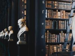 Bibliotheek met bustes van Filosofen