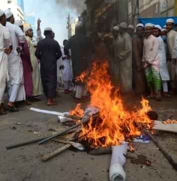 Moslims verbranden beelden van Franse president en Franse premier tijdens een demonstratie