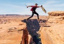 Man springt over kloof